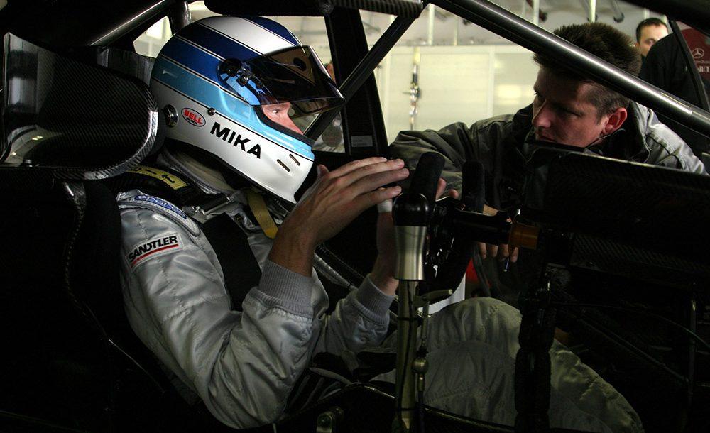 Mika Hakkinen em preparação para teste no DTM
