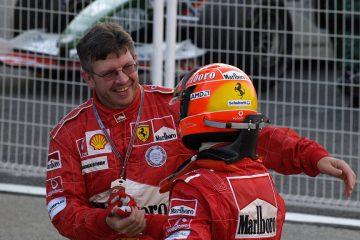 Ross Brawn celebrando uma das conquistas de Schumacher na Ferrari