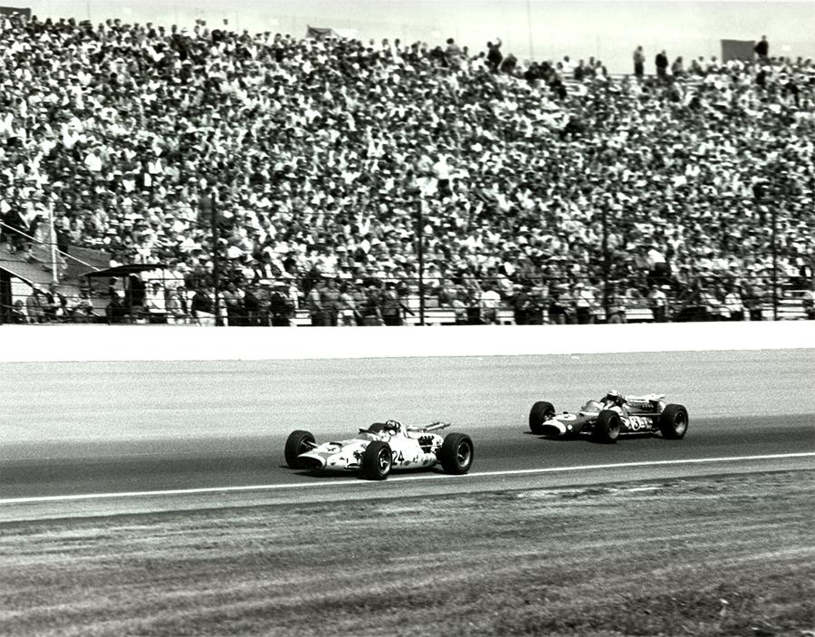 Hill lidera Jim McElreath na Indy 500 de 1966