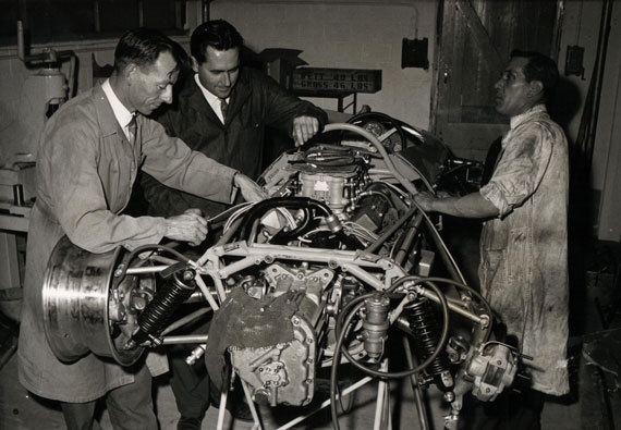 Ron Tauranac e Jack Brabham colocando a mão na massa