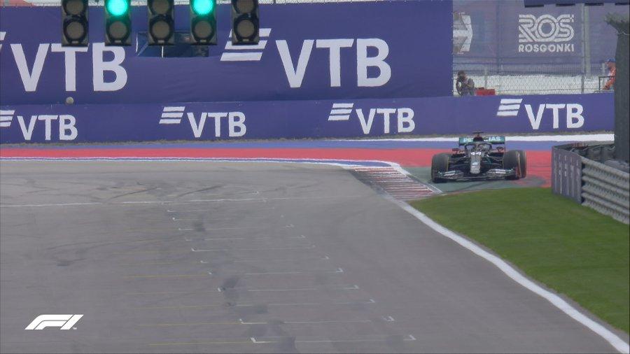 Hamilton ultrapassa o limite de pista na classificação em Sochi