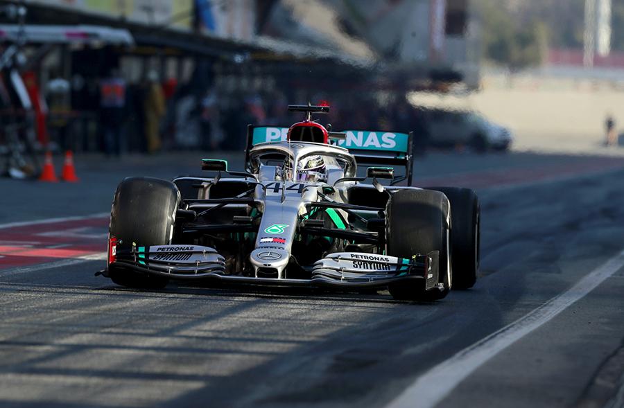 Hamilton deixa os boxes com o modelo W11 durante os testes de Barcelona