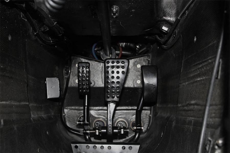 Acelerador à direito e dois pedais de freio à esquerda. O criativo sistema da McLaren