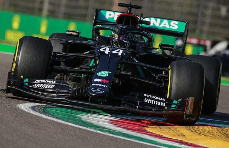 Até quando parece que está em situação difícil, Hamilton consegue virar o jogo