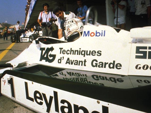 Alan Jones e seu companheiro de Williams, Carlso Reutemann, ao fundo, também em seu carro
