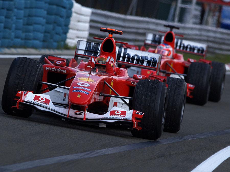 A dupla da Ferrari chegando nos boxes com mais uma dobradinha: imagem usual da F1 de 2000 a 2004