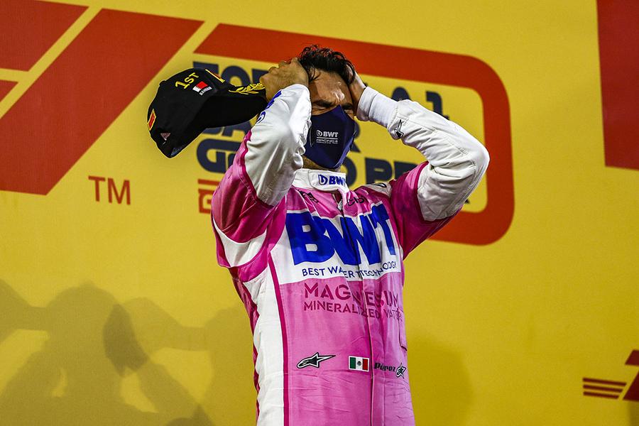 Pérez no alto do pódio após sua incrível vitória no GP do Sakhir de 2020