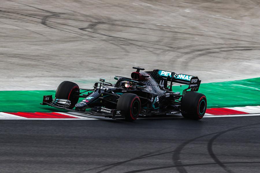 Com óleo na pista por conta do recapeamento recente, pilotos da F1 sofreram para ficar no traçado em Istambul