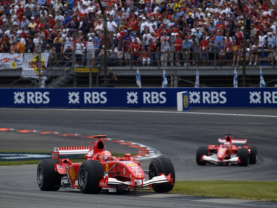 Com apenas seis carros na pista, público em Indianápolis teve que se contentar com a briga particular de Schumacher e Barrichello em ano de baixa da Ferrari