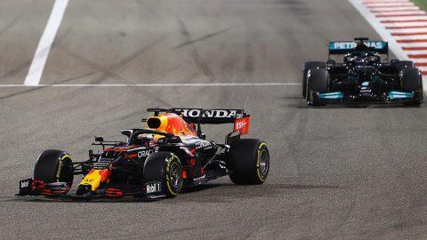 Imagem sobre Por que Verstappen teve que devolver a posição para Hamilton no Bahrein