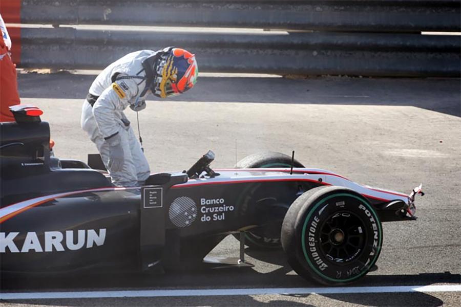 Chandhok deixa o cockpit de sua HRT após acidente nos treinos do GP do Bahrein. Começo difícil para piloto e equipe estreantes