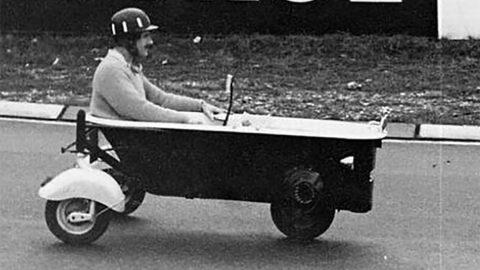 Imagem sobre O dia em que Graham Hill deu show com uma… banheira motorizada?