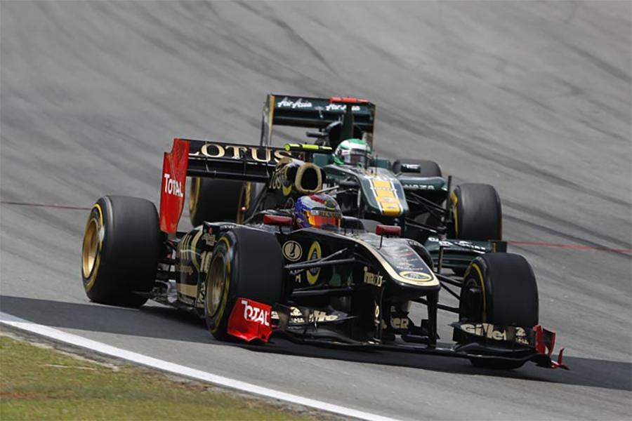 """Em 2011, a F1 teve duas equipes chamadas Lotus na pista. O """"Team Lotus"""" acabou mudando para Caterham em 2012"""