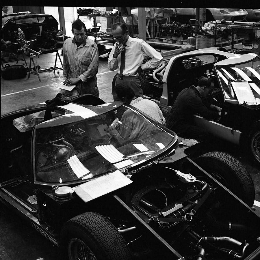 Preparação do Ford GT40 Mk II para Le Mans na fábrica de Slough, na Inglaterra