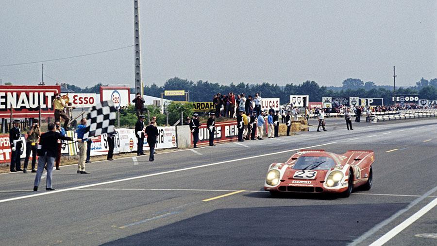Porsche 917 recebe a bandeira quadriculada nas 24 Horas de Le Mans de 1970
