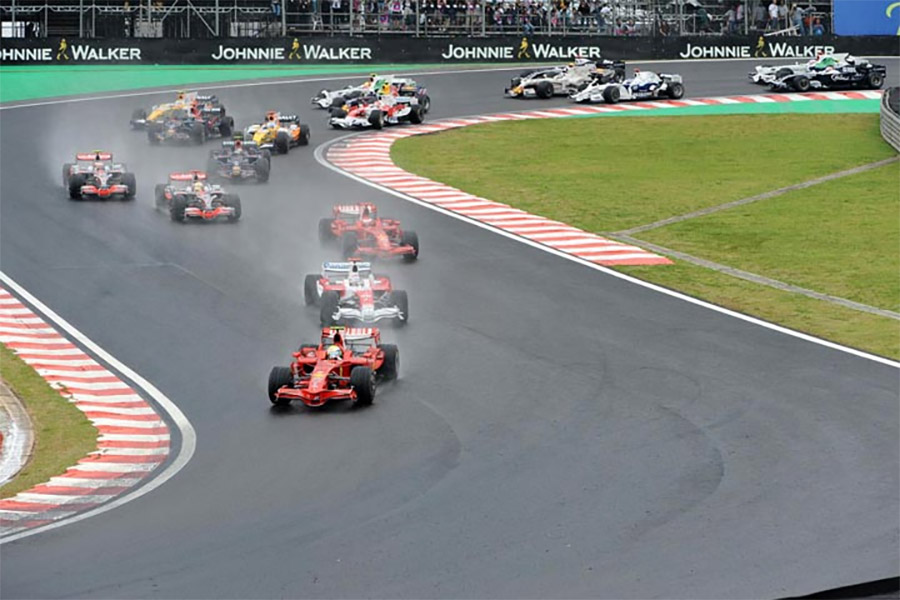 Massa lidera pelotão na largada do GP do Brasil de 2008. Hamilton vem em quarto na prova de seu primeiro título na F1