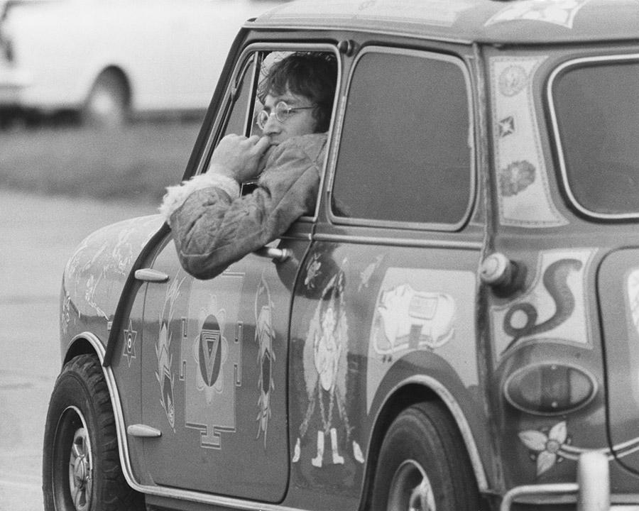 John Lennon no Radford Mini de Ville que era de propriedade de George Harrison durante a gravação do filme Magical Mystery Tour, em 1967