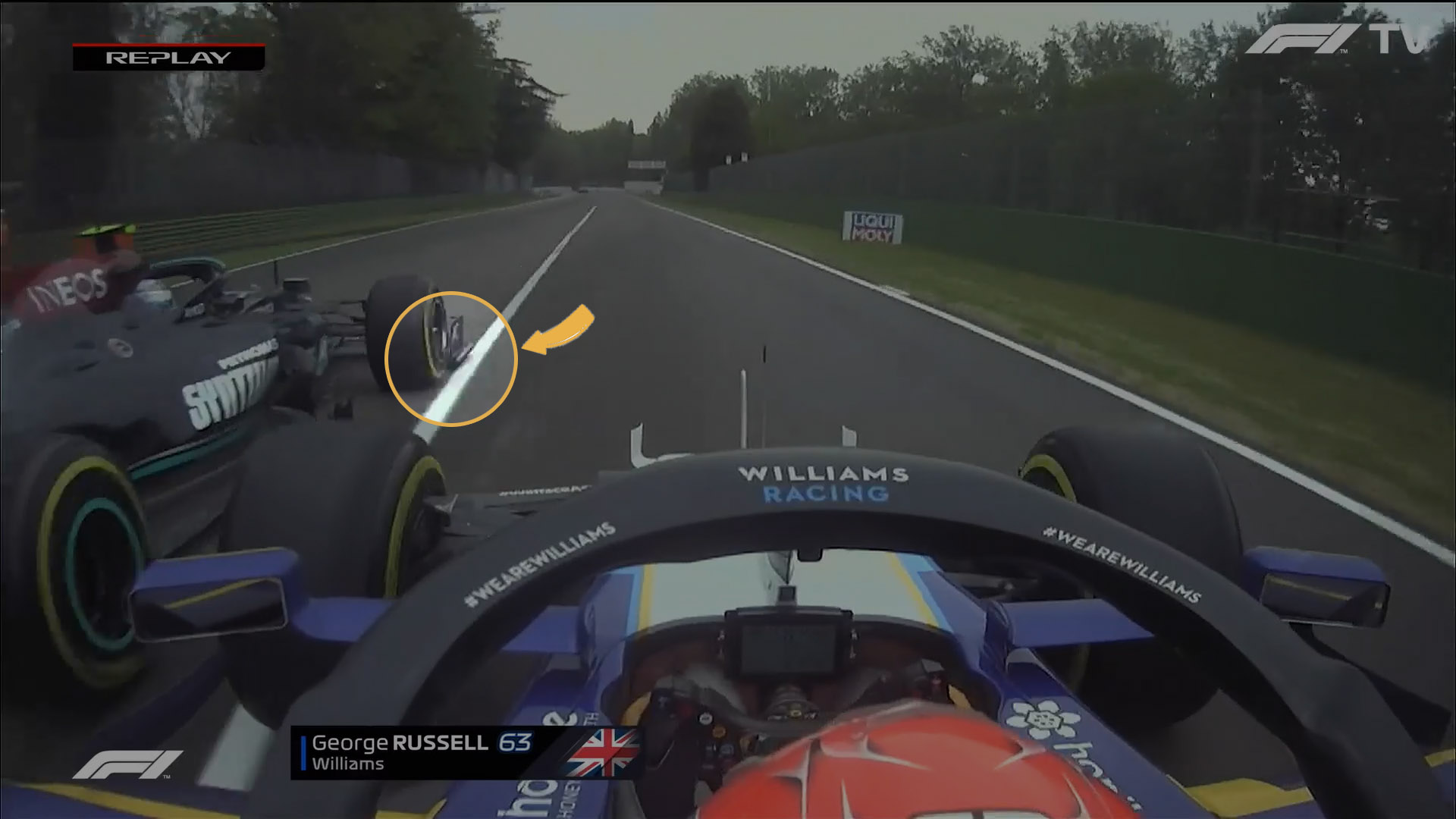 Russel, com a asa móvel aberta, tira para a direita. É possível ver a posição do carro de Bottas para fora da linha de saída do pitlane