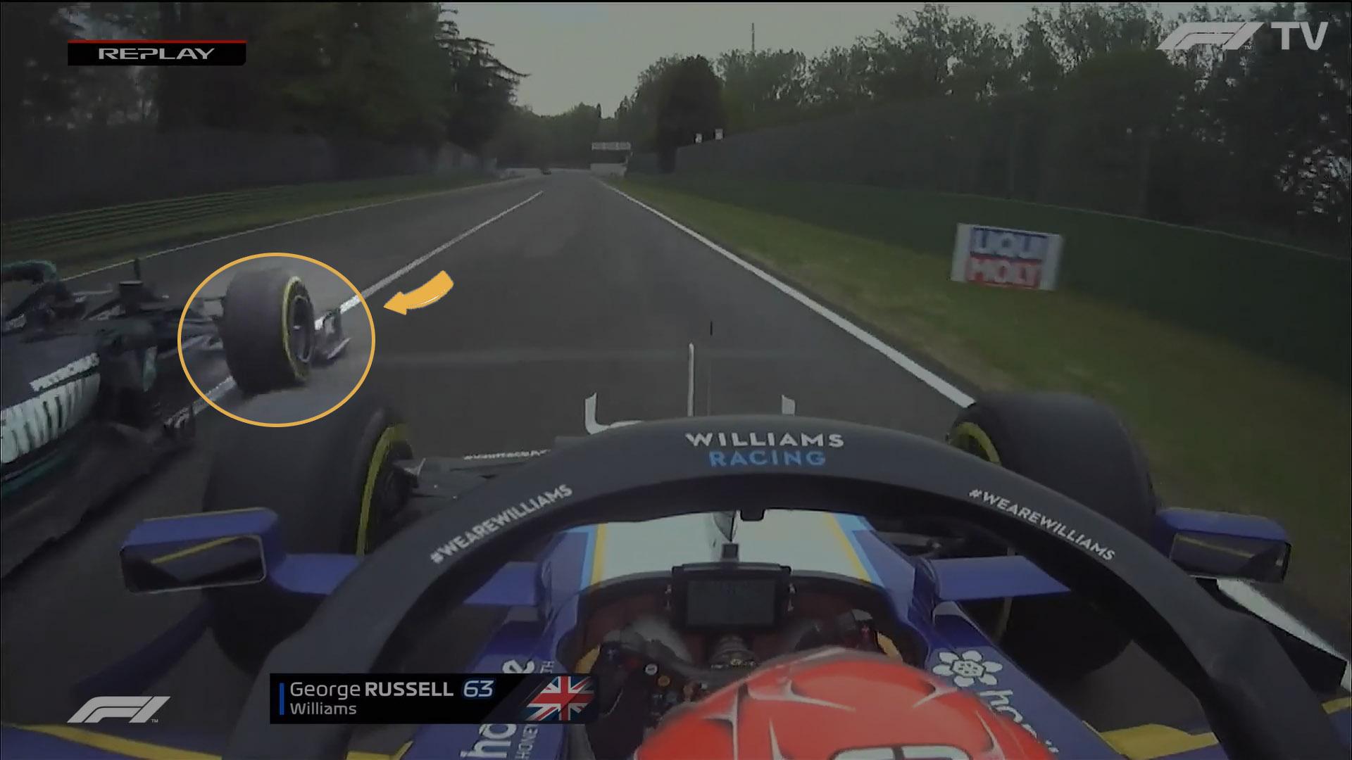 Depois que Russell já está ao lado da Mercedes, Bottas leva seu carro um pouco mais à direita, como é possível perceber pela maneira como ele ultrapassa a linha de pitlane