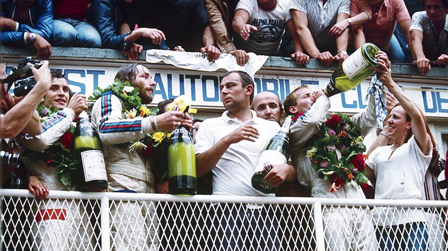 Hurley Haywood, Jurgen Barth e Jacky Ickx celebram vitória nas 24 Horas de Le Mans de 1977