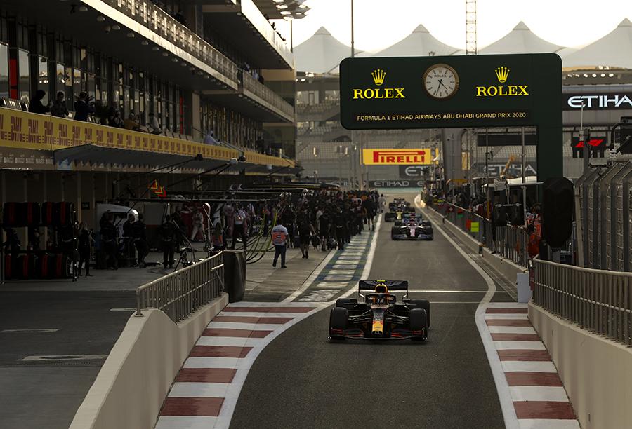 Pilotos deixam o pit em Abu Dhabi. Além da velocidade dos mecânicos na troca, entrada e saída dos boxes são momentos que podem fazer a diferença na estratégia na F1