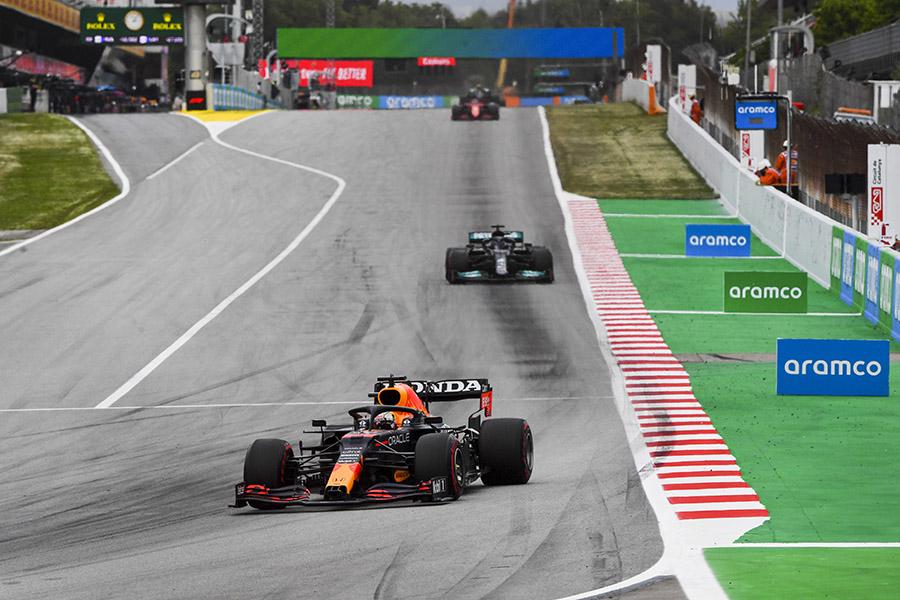 Verstappen liderou o primeiro trecho de prova com Hamilton logo atrás. Leclerc segurou Bottas e Pérez não apareceu na briga com a outra Red Bull