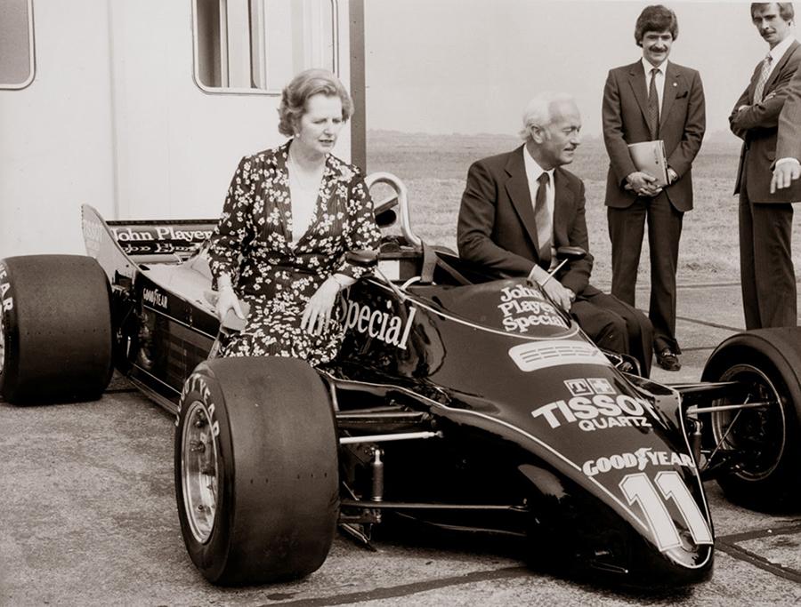 Colin Chapman apresenta o revolucionário Lotus 88 ao lado da primeira ministra do Reino Unido, Margareth Thatcher