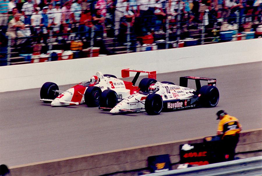 Michael Andretti (#10) luta com Rick Mears (#3) nas 500 Milhas de Indianápolis de 1991, ano do título de Andretti na Indy
