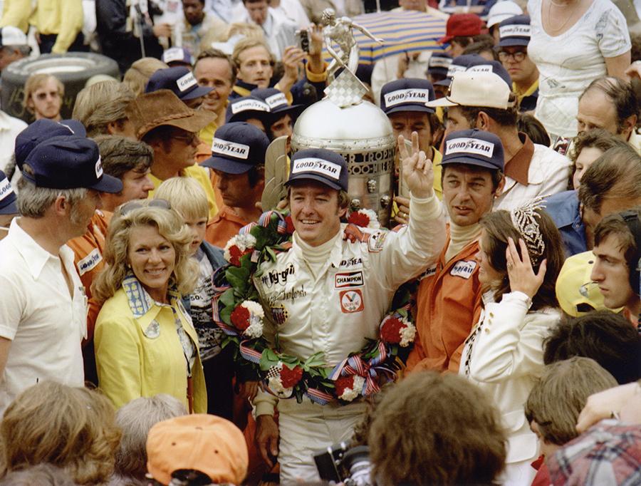 Johnny Rutherford celebra sua segunda vitória nas 500 Milhas de Indianápolis, ambas com a McLaren