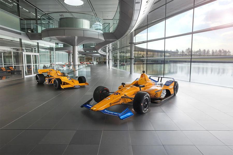 M16 e Dallara DW12: dois momentos da história da McLaren na Indy expostos na sede da empresa