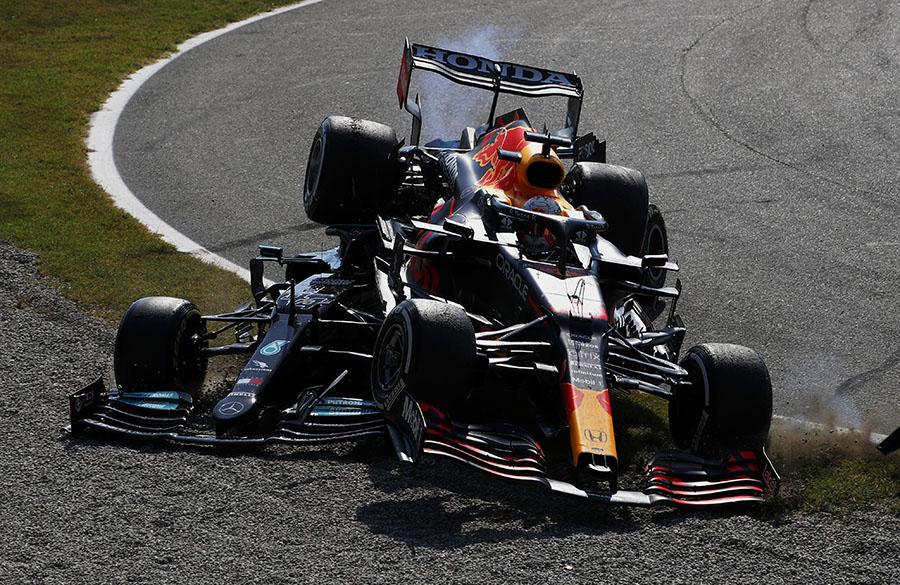 Hamilton e Verstappen ficaram encavalados em Monza após batida