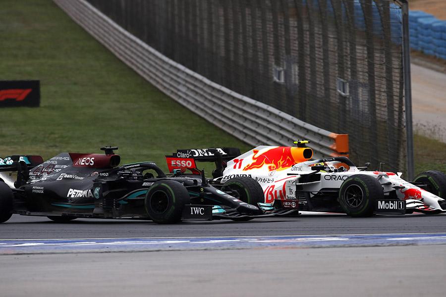 Lewis Hamilton divide curva com Sergio Pérez durante o GP da Turquia de 2021